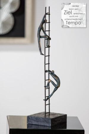 Motivations-Skulptur Balance of Power - Figuren auf der Leiter, Bronzeoptik , mit Zitatanhänger