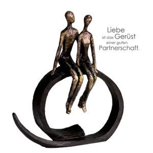 Close Skulptur Liebe und Partnerschaft - Dekofigur Pärchen sitzend, 35 cm