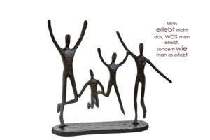 Jumping - Design Skulptur Familie aus Eisen mit Zitatanhänger