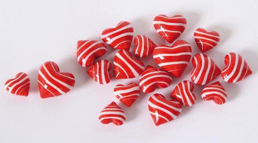 18 Glas Herzen rotweiß gestreift in Herzbox – kleine Dekoherzen – bunte Glasherzen – Streudeko Glasherzen