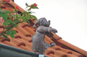 Dachrinnenfigur Schlafwandler Dachschmuck Regenrinnenfigur im Kupferlook