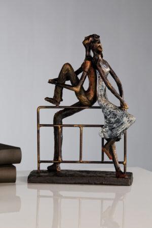 59775 Skulptur Reflection - Pärchen chillt auf Geländer