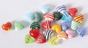 24 Glas Herzen in Herzbox – kleine Dekoherzen – bunte Glasherzen – Streudeko Glasherz