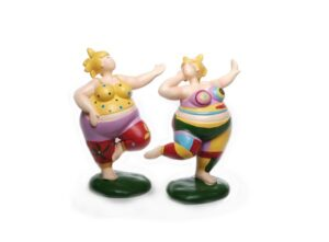 Stehende Molly tanzend auf Sockel - Rubensmodell - mollige lustige Frau - tanzendes Mädchen