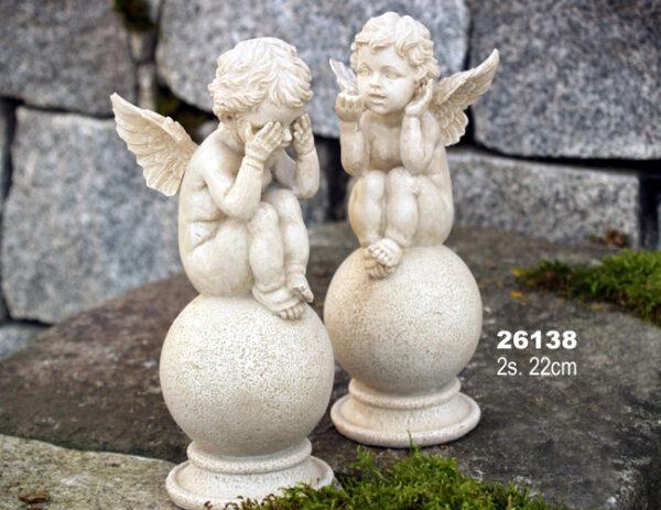 Engel auf Kugel sitzend, Engel Skulptur 20cm, Engelsfigur antikweiß