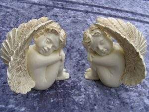 Engel unter Flügel - Grabfigur sitzend - Resin Outdoorfigur
