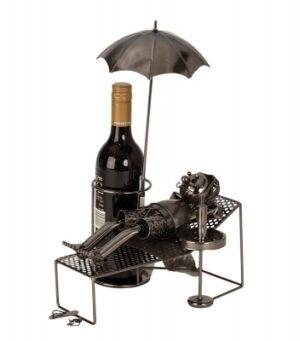 Wein-Flaschenhalter Urlauber Skulptur Rentner im Liegestuhl mit Sonnenschirm