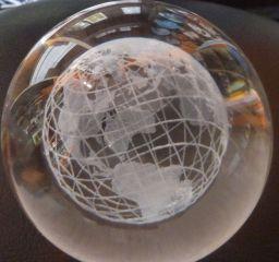 3D Glaskugel Globus 8cm - Weltkugel mit oder ohne Glassockel - Paperweight Briefbeschwerer