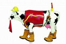 """CowParade small """"Udder Cowstruction"""" Kuh - Bauarbeiter - Rarität Die """"Udder Cowstruction"""" - Kuh ist eine kleine Cowparade Kuh, entworfen von K 8 Creations und veröffentlicht auf dem CowParade Art Event Houston 2001. Das Motiv ist eine schwarzgefleckte Kuh mit Bauerbeiter - Kleidung, inklusive Weste, Gummistiefel, Warnleuchte, Warntuch und Helm."""