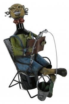 Flaschenhalter Angler aus Metall / farbig - lesender Angler im Klappstuhl