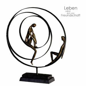 Paar Skulptur Patience - Pärchen in einer Spirale sitzend - Bronzeoptik