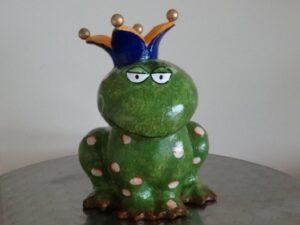 Mila Froschkönig Pappmache Figur - sitzend 67801 Froch Koenig Traum Prinz Pappmache Mila Froschkoenig Kiss Me