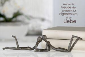 Paar Skulptur Loving- Eisenskulptur Liebespaar mit Zitatanhänger - Dekofigur Partnerschaft aus Eisen