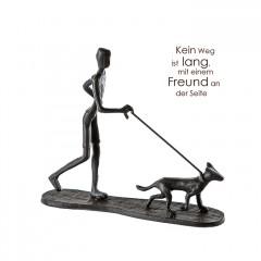 Mini Skulptur Mann mit Hund - Gassi gehen - aus Eisen, brüniert