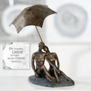 Skulptur Rendezvous bronzefinish mit Zitatanhänger - Liebespaar unter einem Schirm