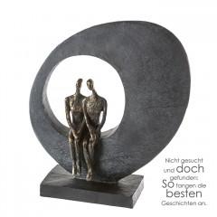 Side by side Skulptur Liebespaar - Poly Pärchen bronzefarben auf grauem Stein schwarze Basis