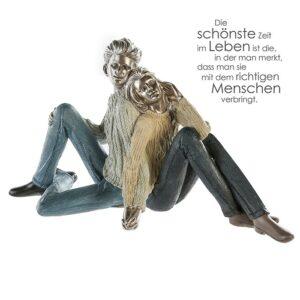 Paar Skulptur COSY Couple - Liebespaar sitzend Zitatanhänger zum Thema Partnerschaft und Liebe
