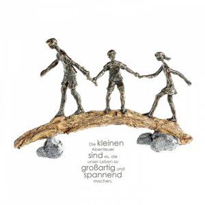 Abenteuer Skulptur Familienvater mit zwei Kindern - Balance Skulptur Familie auf Baumstamm /Felsen