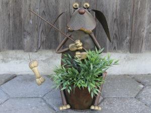 "Blumentopfhalter Hund ""Hajo"" sitzend mit Angel – mit Metallübertopf"