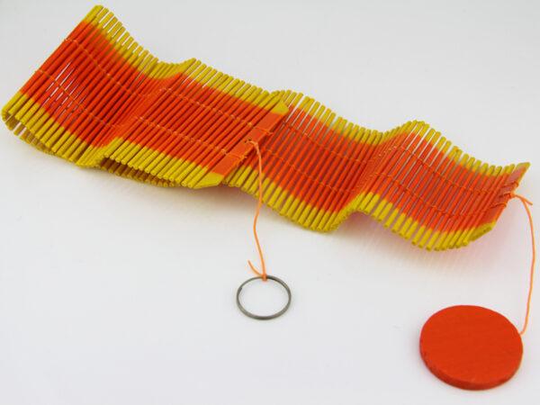 Einfaches Holz Mobile fürs Kinderzimmer - oranges Windspiel - unaufgedreht