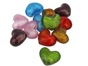 Kleines farbiges Deko Glas Herz mit Loch zum Auffädeln - farbige Herzperlen