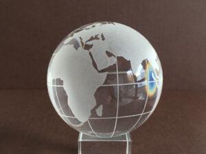 Glaskugel Globus 8cm – Weltkugel mit oder ohne Glassockel – Paperweight Briefbeschwerer