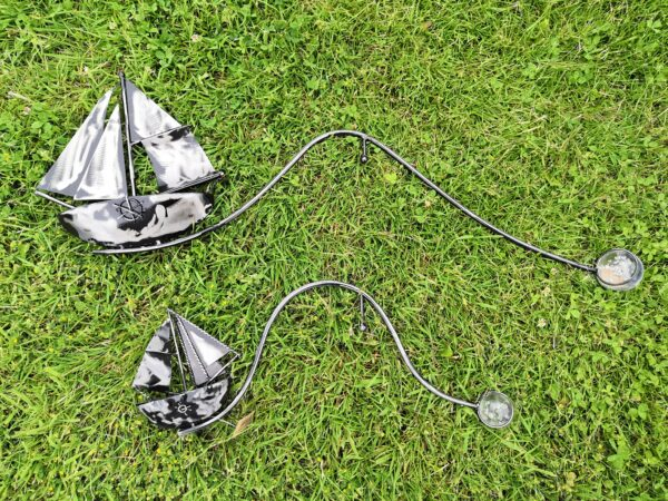 Windspiel Gartenstecker Schiff Skipper - XL oder kleineres Metall Balancer Segelboot mit Glaskugel