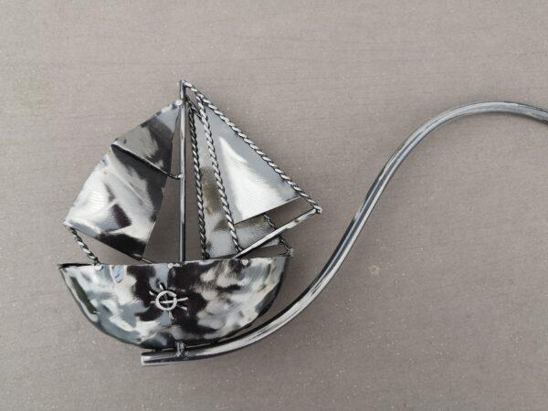 Windspiel Gartenstecker Schiff Skipper - Kleiners Metall Balancer Segelboot mit Glaskugel