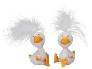 Lustige Enten Figur mit Federn - sitzende Ente mit Feder auf dem Kopf