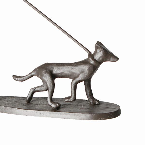 Mini Skulptur Mann mit Hund – Gassi gehen – aus Eisen, brüniert.