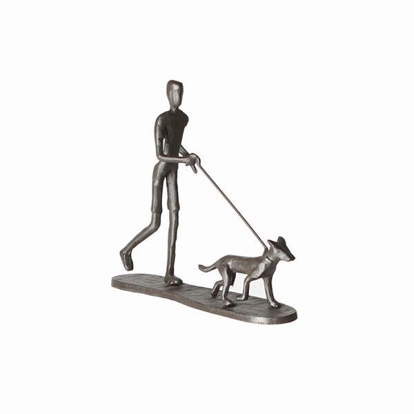 Mini Skulptur Mann mit Hund – Gassi gehen – aus Eisen, brüniert..