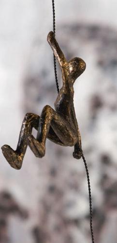 Kletter Skulptur Scramble - Figuren am Seil kletternd - Bronzeoptik mit Zitatanhänger - Wanddeko oder