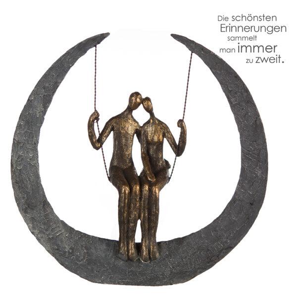 Swing Skulptur Paar auf Schaukel - 30 cm mit Spruchanhänger Die schönsten Erinnerungen sammelt man immer zu zweit.