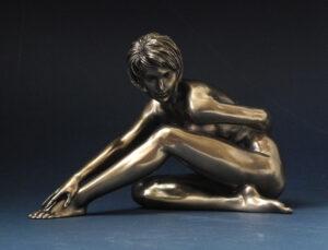 Skulptur weiblicher Akt - Body Talk - nackte Frau mit kurzen Haaren Figur WU 75297