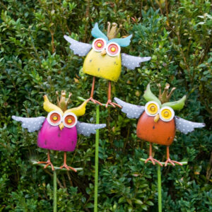 große Eule Gartenstecker Crazy Owl – Wackeleule auf Stab – Bunte Eule mit Krone – Königseule in Antikfinish
