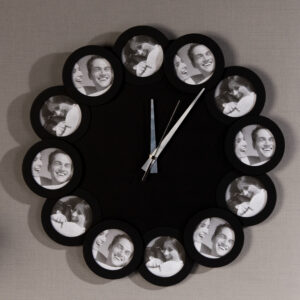 große Fotouhr - schwarze Wanduhr für Fotos..