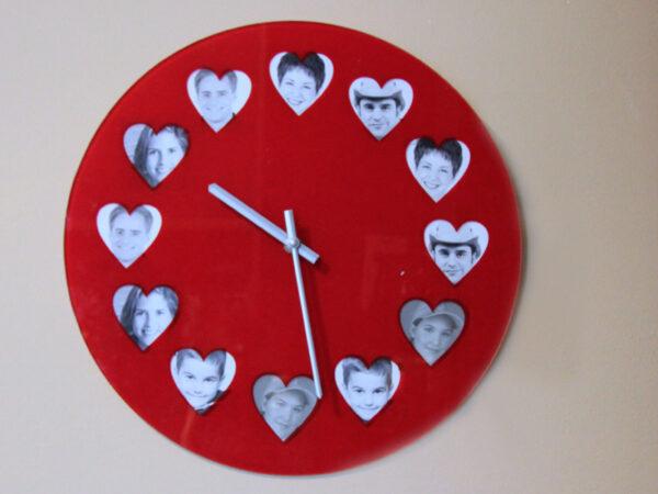 rote Fotouhr mit Herzen - Wanduhr für Fotos